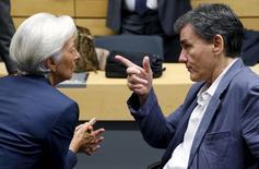 La directrice générale du FMI Christine Lagarde et le ministre grec des Finances Euclid Tsakalotos, à Bruxelles. La Grèce va avoir besoin d'un allègement de sa dette qui aille bien au-delà de ce que ses partenaires européens s'apprêtent à envisager compte tenu de la désagrégation de son économie et de son secteur bancaire au cours des deux dernières semaines, selon un rapport confidentiel du FMI auquel Reuters a eu accès. /Photo prise le 12 juillet 2015/ REUTERS/François Lenoir