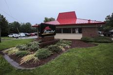 Yum Brands, maison mère des chaînes de restaurants KFC et Pizza Hut, est l'une des valeurs sur les marchés américains, le groupe ayant connu un quatrième trimestre consécutif de recul de ses ventes en raison de l'impact persistant d'un scandale alimentaire en Chine, où le groupe réalise la majeure partie de son bénéfice. /Photo d'archives/REUTERS/Eduardo Munoz