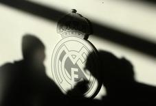 """Эмблема мадридского """"Реала"""". 9 декабря 2008 года. Испанский футбольный клуб """"Реал Мадрид"""" сохранил звание самой дорогой в мире спортивной команды в опубликованном в среду рейтинге Forbes. REUTERS/Andrea Comas"""