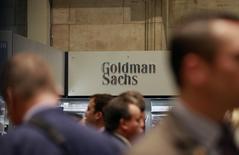 Operadores trabajando en la Bolsa de Nueva York, cerca del puesto de Goldman Sachs, 10 de julio de 2010. Las ganancias de Goldman Sachs se desplomaron en más de 50 por ciento en el segundo trimestre, bajo el impacto de los costos por litigios y de menores ingresos por las operaciones en los mercados de deuda. REUTERS/Brendan McDermid