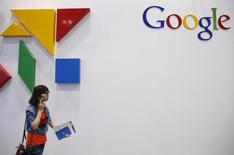 Логотип Google на Global Mobile Internet Conference (GMIC) в Пекине. 28 апреля 2015 года. Акции Google Inc подорожали почти на 12 процентов после того, как прибыль крупнейшей мировой поисковой системы превысила прогнозы впервые за последние шесть кварталов благодаря высокой выручке от рекламы. REUTERS/Kim Kyung-Hoon