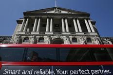 El edificio del Banco de Inglaterra en Londres, mayo 13 2015. El Banco de Inglaterra no subiría las tasas de interés desde su récord mínimo hasta principios de 2016, según mostró un sondeo entre economistas que, en su mayoría, hicieron caso omiso a los comentarios hechos por funcionarios la semana pasada sugiriendo que el alza podría ocurrir antes.  REUTERS/Stefan Wermuth