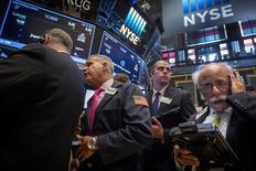 Operadores trabajando en la Bolsa de Nueva York, 16 de julio de 2015. El dólar alcanzaba el lunes máximos en tres meses contra una canasta de monedas a la par de una subida de los rendimientos de los bonos del Tesoro, ante una renovada expectativa de los operadores de un alza de las tasas de interés antes de fin de año. REUTERS/Brendan McDermid