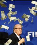 Presidente da Fifa, Joseph Blatter, é alvo de protesto antes de entrevista coletiva. 20/07/2015   REUTERS/Arnd Wiegmann