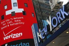 Verizon Communications a fait état mardi d'une hausse de 2,4% de son chiffre d'affaires du deuxième trimestre 2015, le premier opérateur mobile américain ayant notamment engrangé 1,1 million de nouveaux abonnés avant le lancement de son service de vidéos en ligne. /Photo d'archives/REUTERS/Shannon Stapleton