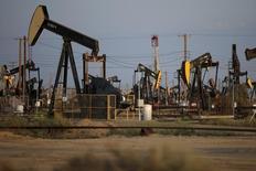 Станки-качалки на нефтяном месторождении в Калифорнии. 20 апреля 2015 года. Нефтесервисная компания Baker Hughes Inc завершила второй квартал с убытком и предсказала неблагоприятные рыночные условия до конца года. REUTERS/Lucy Nicholson