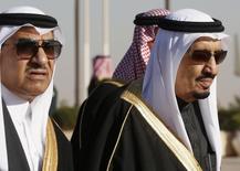 Саудовский король Салман (справа) и его племянник кронпринц Мухаммед встречают президента США Барака Обаму в аэропорту Эр-Рияда. 27 января 2015 года. Вероятный ответ Саудовской Аравии на сделку мировых держав с ее заклятым врагом Ираном состоит в активизации собственных планов в ядерной энергетике и создании атомной инфраструктуры, которая однажды может быть использована в военных целях. REUTERS/Jim Bourg