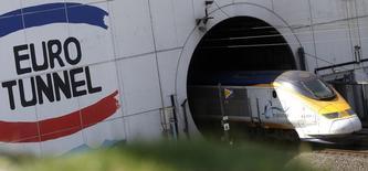 Eurotunnel a confirmé ses objectifs annuels après des résultats semestriels en nette hausse. Soutenu par le dynamisme de l'économie britannique, la progression du trafic de ses navettes et de son fret ferroviaire, l'opérateur du tunnel sous la Manche a vu ses ventes augmenter de 9% à changes constants à 649 millions d'euros et son Ebitda progresser de 9% également à 252 millions, un chiffre conforme au consensus ThomsonReuters I/B/E/S. /Photo prise le 24 juin 2015/REUTERS/Christian Hartmann