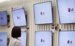 Посеститель в магазине LG Electronics в Сеуле 22 июля 2014 года. Акции южнокорейской LG Electronics Inc подскочили в цене в начале торгов на 14,5 процента из-за слухов о том, что Google Inc купит пакет её акций. REUTERS/Kim Hong-Ji