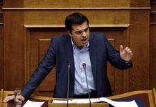 El primer ministro griego, Alexis Tsipras, en una reunión con Parlamentarios en Atenas, jul 23 2015. El primer ministro griego, Alexis Tsipras, prometió el jueves que su gobierno nunca permitirá que los bancos embarguen las residencias primarias de los griegos, mientras el Parlamento se preparaba para votar un proyecto que endurece las reglas para las ejecuciones inmobiliarias REUTERS/Yiannis Kourtoglou