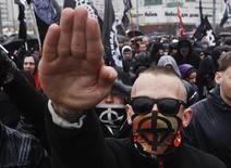 """Российские националисты на """"Русском марше"""" в Москве 4 ноября 2013 года. Руководству российского футбола нужно предпринять больше усилий для борьбы с расизмом и еще предстоит осознать в полной мере, что он собой являет, сказал в четверг чиновник ООН. REUTERS/Maxim Shemetov"""