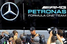 O piloto de Fórmula 1 da Mercedes, Lewis Hamilton, fala à imprensa no circuito Hungaroring, perto de Budapeste, na Hungria, nesta quinta-feira. 23/07/2015 REUTERS/Bernadett Szabo
