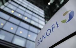 Sanofi est l'une des valeurs à suivre à la Bourse de Paris après son annonce d'un partenariat avec Regeneron Pharmaceuticals au niveau mondial pour la recherche, le développement et la commercialisation de nouveaux anticorps anticancéreux dans le domaine émergent de l'immuno-oncologie. /Photo prise le 30 octobre 2014/REUTERS/Christian Hartmann
