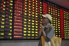 Инвестор в брокерской конторе в Нанкине. 24 июля 2015 года. Фондовые индексы Китая продолжили снижение во вторник, несмотря на новые попытки правительства стабилизировать рынок, чьи резкие колебания заставляют инвесторов волноваться за финансовую стабильность страны. REUTERS/China Daily