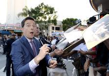 """Ator Ed Helms assina autógrafos durante evento de estreia do filme """"Vacations"""" em Los Angeles. 27/07/2015 REUTERS/Kevork Djansezian"""