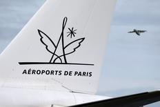 Aéroports de Paris a annoncé mercredi avoir obtenu du gouvernement une hausse moindre qu'espéré de ses tarifs pour la période 2016-2020, décevant cependant les compagnies aériennes qui espéraient une baisse. /Photo d'archives/REUTERS/Charles Platiau