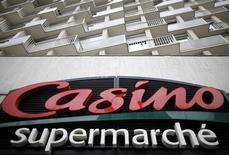 Le résultat opérationnel courant de Casino au 1er semestre a chuté de 36% à 521 millions d'euros, un chiffre inférieur aux 527 millions d'euros attendus par les analystes. /Photo d'archives/REUTERS/Christian Hartmann
