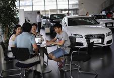 Concession Audi à Shanghai. Audi a révisé jeudi à la baisse ses prévisions annuelles de ventes en raison de la diminution de la demande en Chine, premier marché pour la marque de luxe de Volkswagen. /Photo prise le 2 septembre 2014/ REUTERS/Carlos Barria