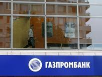 Мужчина в отделении Газпромбанка в Москве. 17 июля 2014 года. Третий по величине банк РФ Газпромбанк, в кредитном портфеле которого доля проблемных долгов подскочила до 15 процентов, еще будет нуждаться в господдержке следующие год-два, считает международное рейтинговое агентство Moody's. REUTERS/Sergei Karpukhin