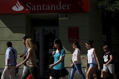 People walk past a Santander bank branch in Madrid, Spain, July 30, 2015.  REUTERS/Susana Vera