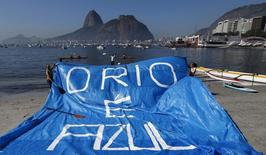 Moradores e atletas protestam na praia de Botafogo, na Baía de Guanabara, Rio de Janeiro, em junho. 06/06/2015 REUTERS/Sergio Moraes