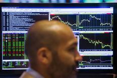 Трейдер на фондовой бирже в Нью-Йорке. 23 июля 2015 года. Фондовые рынки США завершили торги четверга разнонаправленно за счет квартальных отчетов компаний и данных о ВВП. REUTERS/Lucas Jackson