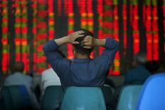 """Инвестор в брокерской конторе в Шанхае. 12 мая 2015 года. Центробанк Китая во вторник пообещал """"стабилизировать ожидания финансовых рынков"""" и предотвратить риски. REUTERS/Aly Song"""