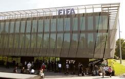 Jornalistas se reúnem em frente à sede da Fifa durante reunião do comitê executivo, em Zurique, na Suíça, em julho. 20/07/2015 REUTERS/Arnd Wiegmann