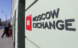 Вывеска у входа в здание Московской биржи 14 марта 2014 года. Российский фондовый рынок в начале недели испытал давление падающих фьючерсов на нефть и курса рубля, а бумаги Газпрома, отчитавшегося сегодня лучше прогнозов, теряют больше остальных ликвидных бумаг. REUTERS/Maxim Shemetov