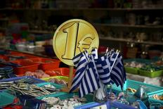 Магазин в центре Афин 26 июля 2015 года. Греция надеется завершить переговоры с международными кредиторами не позднее утра вторника, заявил греческий чиновник, говоривший на условиях анонимности.  REUTERS/Yiannis Kourtoglou