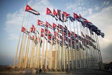Unos turistas hacen fotos de banderas cubanas frente a la embajada de EEUU en La Habana, el 27 de julio de 2015. Las exportaciones españolas a Cuba podrían aumentar a un ritmo de unos 200 millones de dólares al año tras el fin del embargo, según un estudio publicado el lunes por la empresa de seguros de crédito Solunion, un emprendimiento conjunto entre Mapfre y Euler Hermes. REUTERS/Alexandre Meneghini