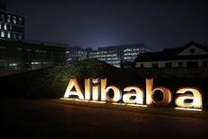 El logo de Alibaba Group, visto afuera de la sede de la compañía en Hangzhou, China, 11 de noviembre de 2014. Alibaba invertirá alrededor de 4.600 millones de dólares en el mayor minorista chino de artículos electrónicos Suning Commerce Group, el paso más importante hasta ahora en torno a la integración de sus negocios de compras en línea y en tiendas. REUTERS/Aly Song