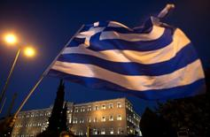 El Parlamento griego se ve detrás de una bandera en Atenas, Grecia. 22 de julio, 2015. Grecia y sus acreedores internacionales alcanzaron el martes un acuerdo de rescate multimillonario que permite al país permanecer en la zona euro y evitar su quiebra financiera, dijeron las autoridades. REUTERS/Ronen Zvulun