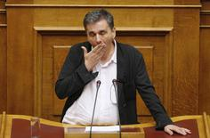 Greek Finance Minister Euclid Tsakalotos reacts as deputies attempt to disrupt his speech during a night parliamentary session in Athens, Greece, early August 14, 2015.  REUTERS/Christian Hartmann