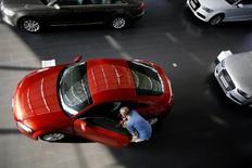 Audi a vu ses ventes ralentir le mois dernier avec la chute de la demande en Chine, la marque haut de gamme de Volkswagen étant dépassée par ses concurrents BMW et Mercedes-Benz, la marque de luxe du groupe Daimler. /Photo prise le 2 septembre 2014/REUTERS/Carlos Barria