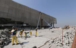 Trabalhadores em local de construção da instalação de handebol para Jogos do Rio. 5/8/2015.  REUTERS/Sergio Moraes