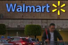 Un comprador empuja un carro afuera de una tienda Wal-Mart, en Ciudad de México, 24 de marzo de 2015. Wal-Mart Stores reportó el martes ganancias trimestrales más débiles de lo esperado y redujo su pronóstico para todo el año, impactado por mayores costos generados por un aumento de las jornadas laborales y débiles márgenes de su negocio de farmacias en Estados Unidos. REUTERS/Edgard Garrido