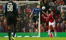Marouane Fellaini, do Manchester, marca terceiro gol para o time em jogo contra o Bruge, em Manchester, na Inglaterra, nesta terça-feira. 18/08/2015 REUTERS/Action Images/Jason Cairnduff