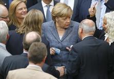 Chanceler alemã, Angela Merkel, e membros do Parlamento durante votação de resgate. 19/8/2015  REUTERS/Axel Schmidt
