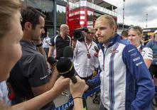 Valtteri Bottas é entrevistado no circuito belga de Spa-Francorchamps.  20/8/2015. REUTERS/Michael Kooren