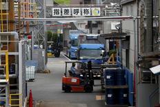 """La croissance du secteur manufacturier japonais s'est encore a accélérée en août avec un indice à 51,9 dans sa version """"flash"""" contre 51,2 en juillet. La croissance du secteur évolue à son rythme le plus soutenu depuis sept mois, toujours portée par la hausse des commandes domestiques. /Photo prise le 21 août 2015/REUTERS/Issei Kato"""