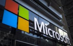 El logo de Microsoft en una de sus oficinas en Nueva York, 28 de julio de 2015. Microsoft Corp confirmó el viernes que cerrará la ex unidad de Nokia Oyj para el desarrollo de productos de telefonía situada en la ciudad finlandesa de Salo y que despedirá a un total de hasta 2.300 empleados en el país nórdico. REUTERS/Mike Segar