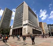 El Banco Central de Colombia, en Bogotá, 7 de abril de 2015. El Banco Central de Colombia inició el viernes su reunión mensual de política monetaria en la que dejaría inalterada su tasa de interés, a pesar de la opinión dividida entre los siete miembros del directorio por la divergencia entre la tendencia alcista de la inflación y el débil crecimiento económico. REUTERS/Jose Miguel Gomez