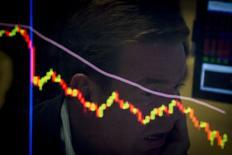 Les actions européennes ont ouvert en forte baisse lundi en Bourse après avoir accusé la semaine dernière leur plus forte baisse hebdomadaire depuis quatre ans, toujours plombées par les inquiétudes persistantes entourant la croissance économique en Chine. L'indice CAC 40 abandonne 3,05% à l'ouverture. /Photo prise le 21 août 2015/REUTERS/Brendan McDermid