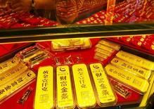 Lingotes de oro en una tienda en Yichang, provincia de Hubei, China, 28 de julio de 2015. Los precios del oro retrocedían el lunes, aunque seguían cotizando cerca de máximos de siete semanas por un declive del dólar y el desplome de las acciones ante las preocupaciones por la desaceleración de China y la incertidumbre en torno al momento en que la Reserva Federal subirá sus tasas de interés. REUTERS/Stringer