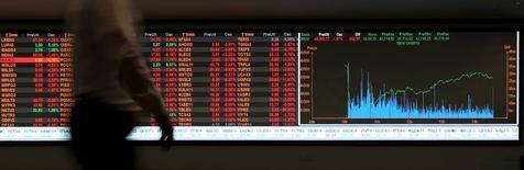 Un hombre camina frente a la pantalla de cotizaciones de la bolsa en Sao Paulo, 24 de agosto de 2015. Las acciones de la Bolsa de Sao Paulo y el real brasileño se desplomaron el lunes, tocando mínimos de varios años, arrastrados por los temores sobre el crecimiento global luego de otra fuerte caída de los mercados accionarios en China. REUTERS/Paulo Whitaker