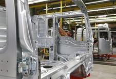 Un hombre en la fábrica de camiones MAN AG en Múnich, el 30 de julio de 2015. La confianza empresarial alemana mejoró en agosto, según una encuesta publicada el martes, lo que sugiere que los ejecutivos de la mayor economía europea están animados por el acuerdo de un nuevo rescate a Grecia y la robusta demanda. REUTERS/Michaela Rehle