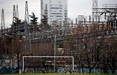 Imagen de archivo de líneas de alta tensión en la planta de distribución Edenor en Buenos Aires, ago 5 2015. El consumo de electricidad en Argentina se incrementó un 4,7 por ciento interanual en julio, lo que lo deja como el mes de mayor demanda en lo que va del año, dijo el martes la Fundación para el Desarrollo Eléctrico (Fundelec).   REUTERS/Marcos Brindicci