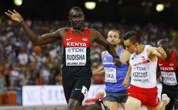 David Lekuta Rudisha of Kenya (L) crosses the finish line as he wins the men's 800 metres final during the 15th IAAF World Championships at the National Stadium in Beijing, China August 25, 2015.  REUTERS/Kai Pfaffenbach
