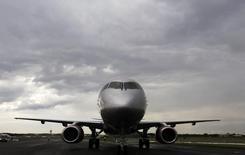 Самолет Sukhoi Superjet 100 компании Аэрофлот в Фарнборо. 8 июля 2012 года. Казахстанская частная авиакомпания SCAT, специализирующаяся на перелетах внутри страны и осуществляющая чартерные рейсы, подписала меморандум с Государственной транспортной лизинговой компанией (ГТЛК) России о приобретении в лизинг 15 самолетов Sukhoi Superjet 100, сообщила пресс-служба авиаперевозчика. REUTERS/Luke MacGregor